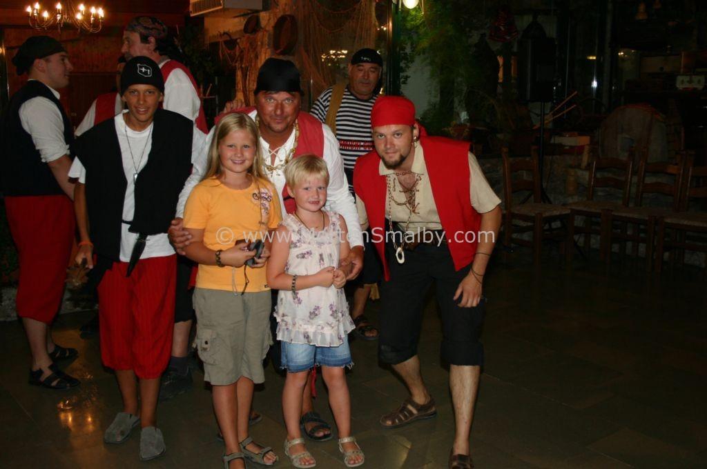 Caro und Ida mit Piraten