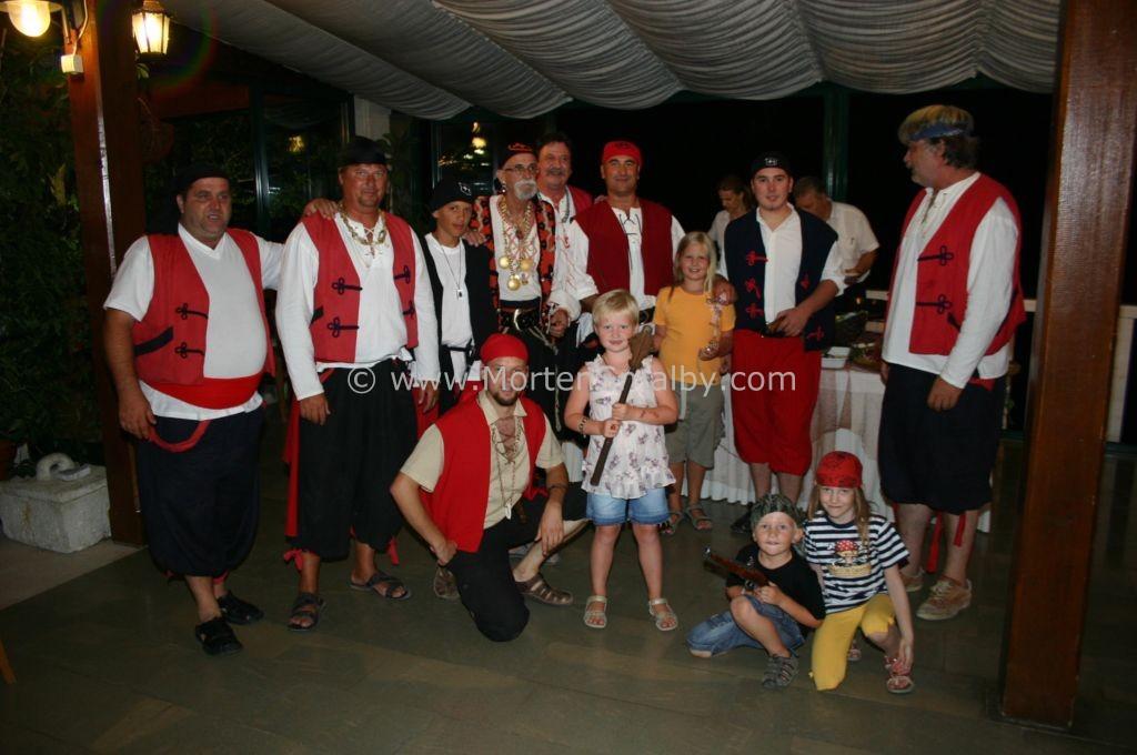 Caroline und Ida mit 10 Piraten